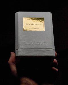 La boite du parfum baccara vanille sur fond noir