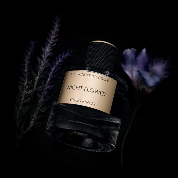le parfum night flower sur un fond sombre à cote de lavande