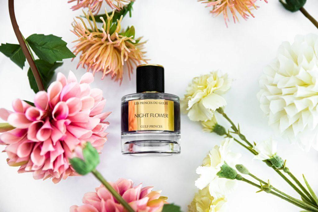 Le parfum night flower oriental a coté de fleurs