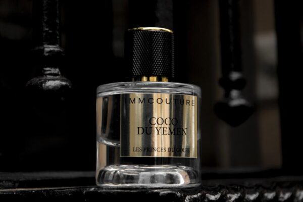 the oriental perfume Coco du Yemen behind a black grid