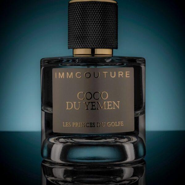 le parfum coco du yemen sur un fond bleu dans un cadre sombre