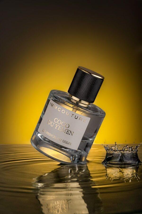 le parfum coco du yemen sur une flac d eau compressed