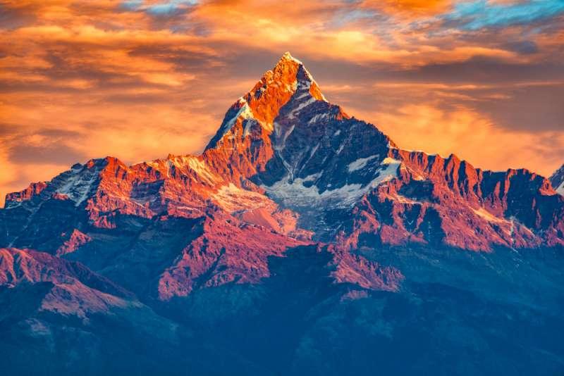 Une photo des montagnes de l'Himalaya