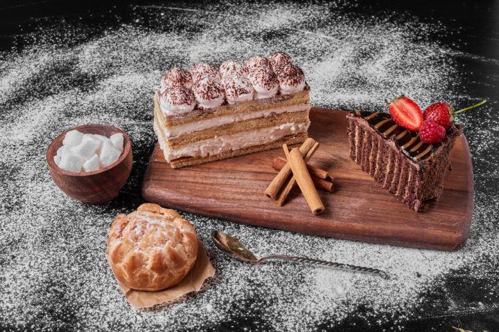 Une photo illustrative de trois gâteaux de pâtisserie, d'une épice et de sucre.