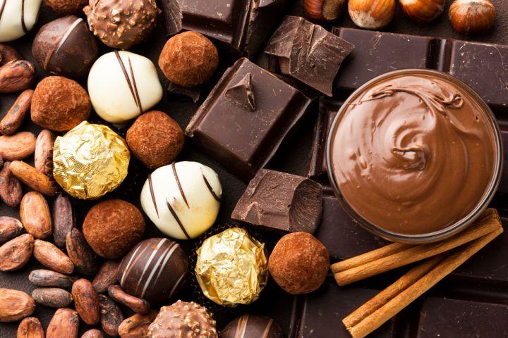 Une photo illustrative de plusieurs modèles de chocolats dont les odeurs inspirent les créateurs de parfums gourmands.