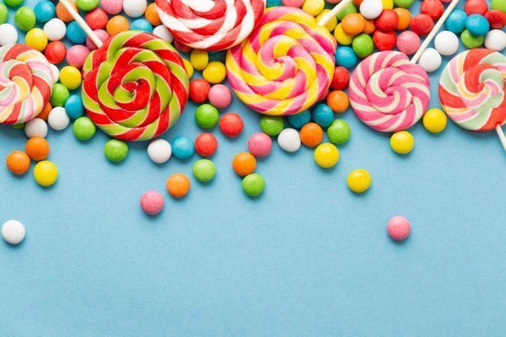 Une photo illustrative de plusieurs bonbons dont les odeurs sont utilisées en parfumerie.