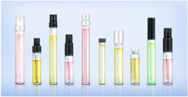 Une photo représentative des échantillons de parfums de couleurs et de tailles différentes. La photo est de fond bleu.