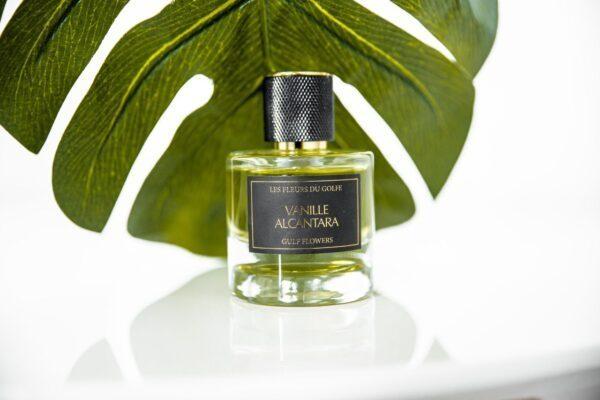 Une photo du parfum Vanille Alcantara. Le fond est une longue feuille de plante verte.