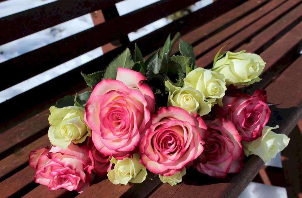 Une photo illustrative d'un bouquet de fleurs de rose. Les odeurs de la rose se portent par les hommes et les femmes en orient.